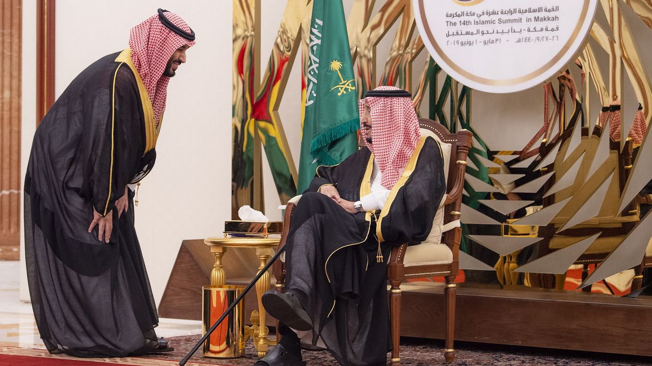 El príncipe heredero saluda al rey Salman durante una cumbre a principio de junio