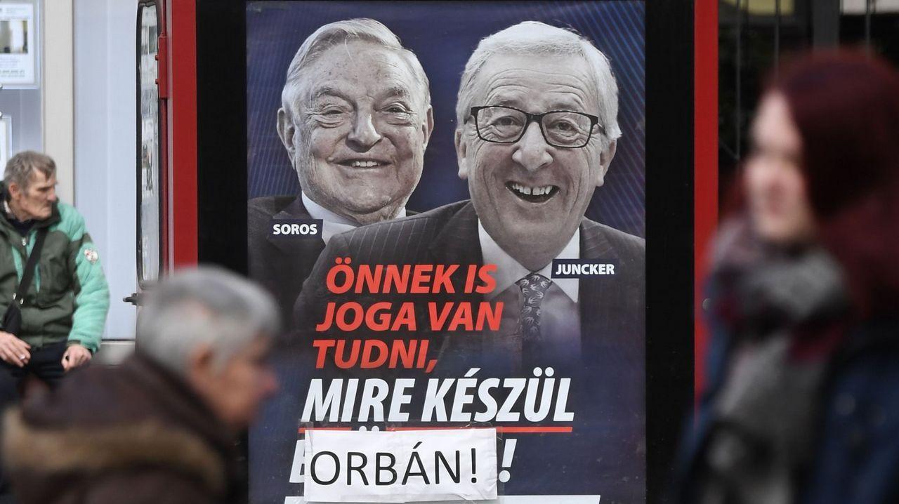 El polémico cartel pagado con dinero público en el que se acusa a la Unión Europea de facilitar la llegada de inmigrantes