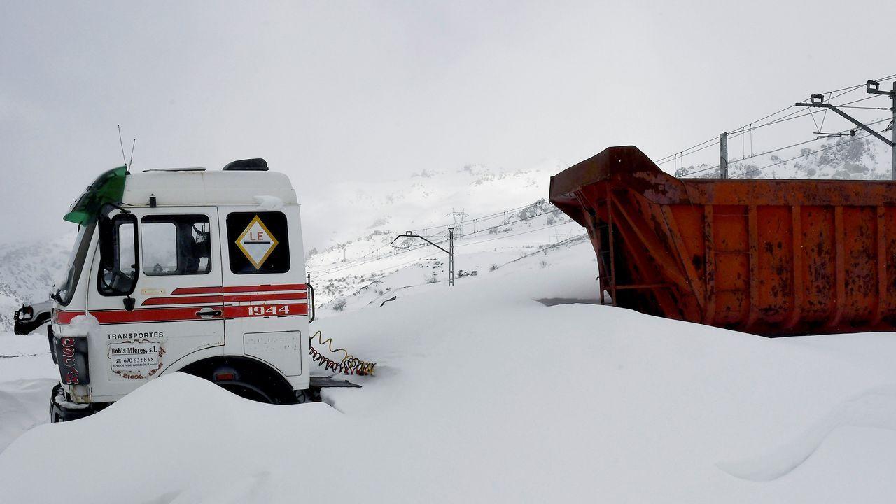 Carretera abierta alrededor de la nieve en Somiedo.El temporal de nieve y frío que ha azotado a casi toda la península en los últimos días ha impedido la circulación de trenes entre Asturias y León