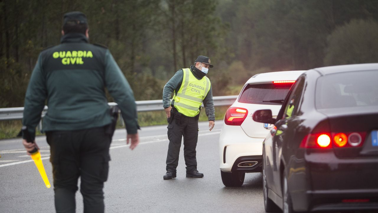El rap asturiano contra la pandemia.El joven posa con una réplica de una Skorpion vz. 61, una pistola ametralladora de fabricación checa