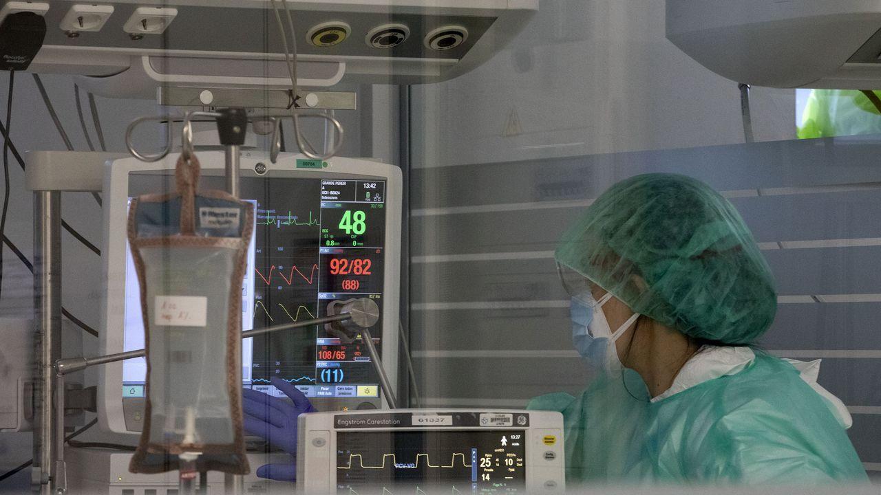 Comparecencia del conselleiro de Sanidade tras el comité clínico.Una sanitaria practicando una PCR este jueves en Galicia