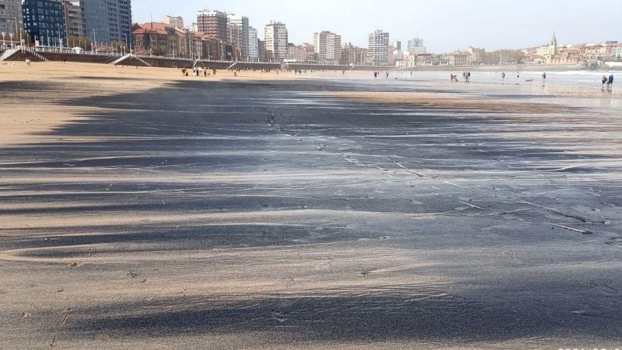 Manchas de carbón en la playa de San Lorenzo, ayer