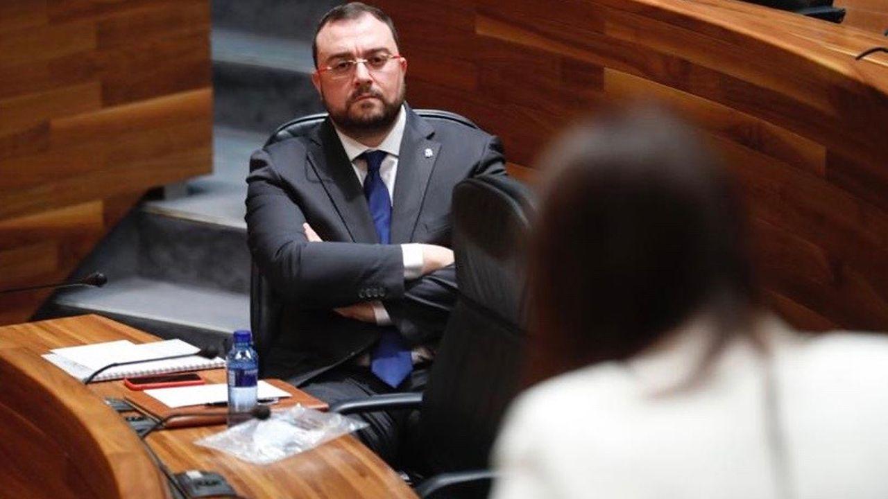 Adrián Barbón escucha la intervención de Laura Pérez Macho, en el pleno de la Junta General