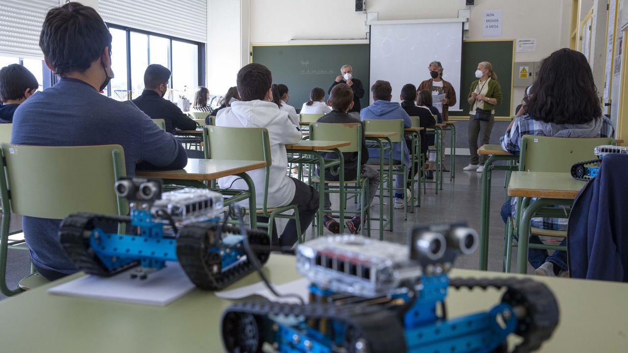 Clase de Filosofía en el IES Rosalía de Castro de Santiago, con grupos de alumnos muy pequeños para mantener la distancia de 1,5 metros entre personas