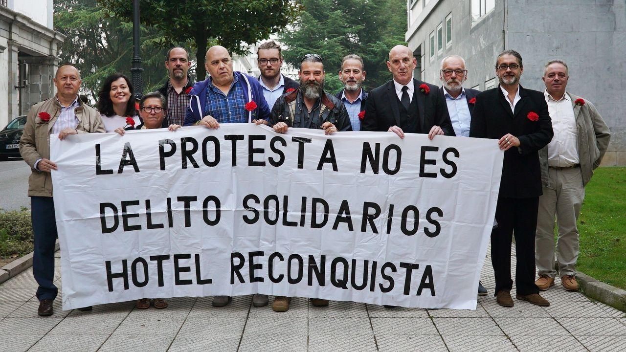 Los once trabajadores del Hotel de la Reconquista, acusados de desórdenes públicos, amenazas y delito leve de maltrato, posan antes de la celebración de la vista oral en el Juzgado de lo Penal número 2 de Oviedo.