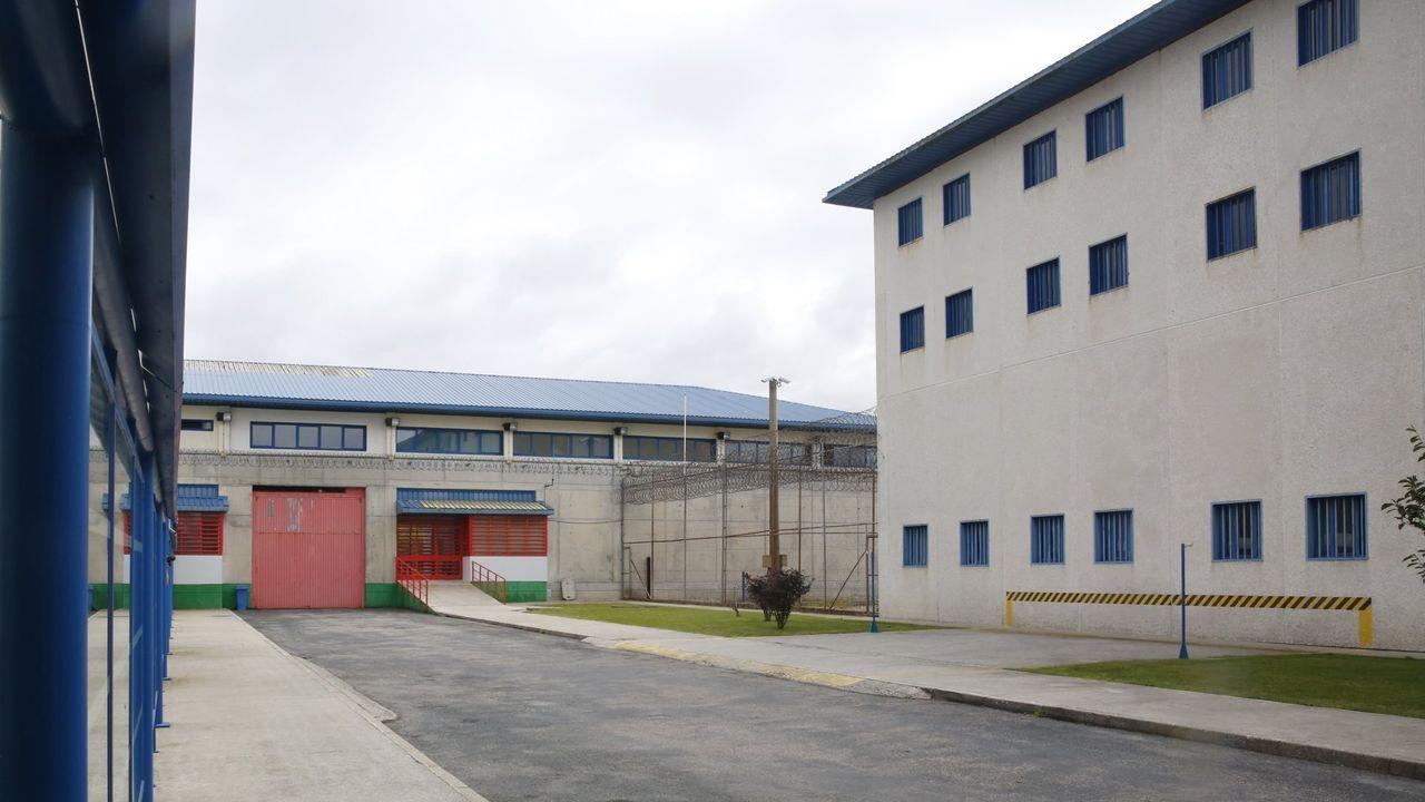 El joven condenado por agredir sexualmente a una menor en la Praza Maior de Lugo entra en los juzgados.Cárcel de A Lama