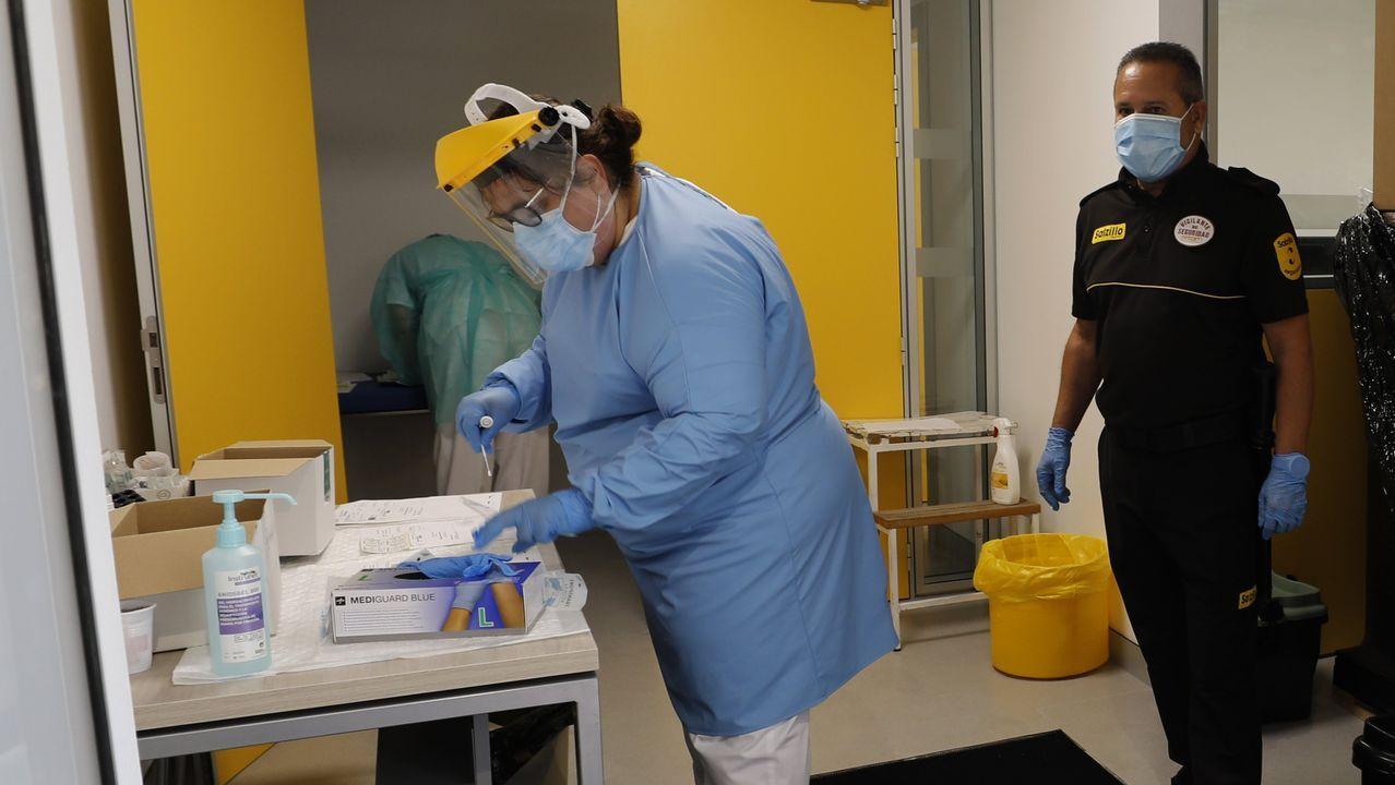 Primer día de desescalada enA Mariña.Recogida de muestras en el Hospital Público da Mariña, en Burela