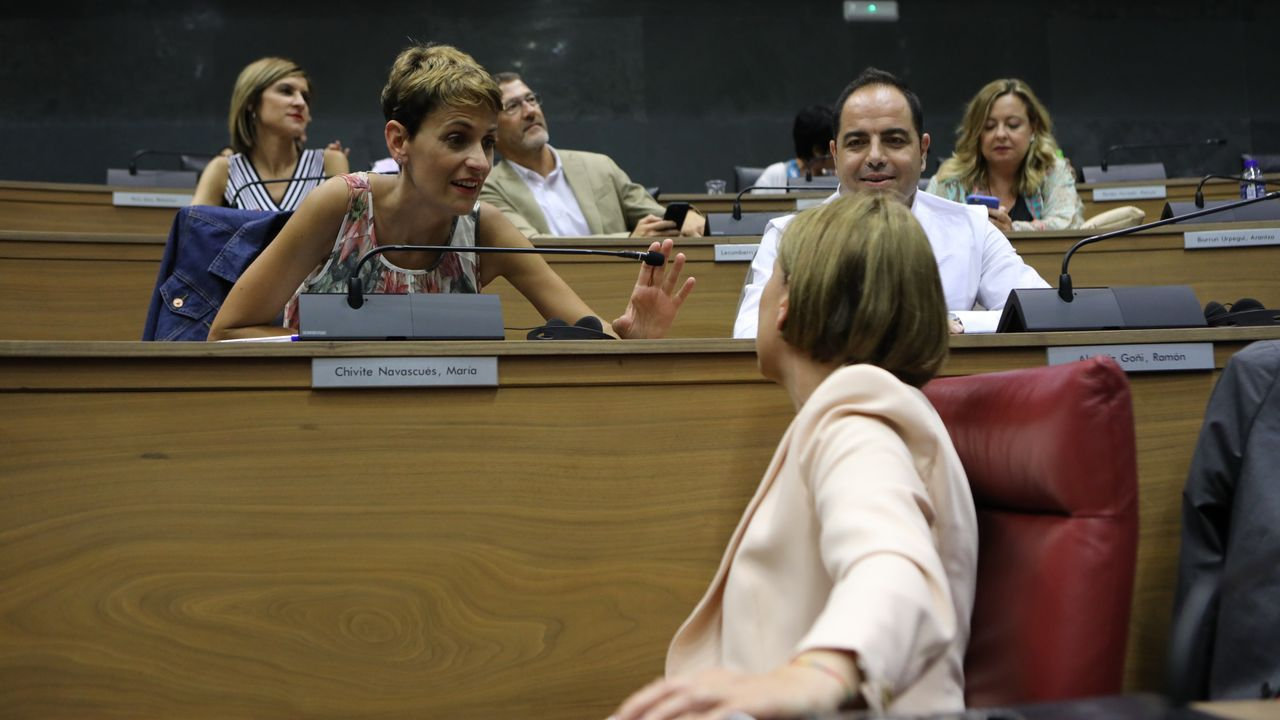 María Chivite, secretaria general del PSN y presidenta de Navarra, conversa en el Parlamento Foral con Uxue Barkos