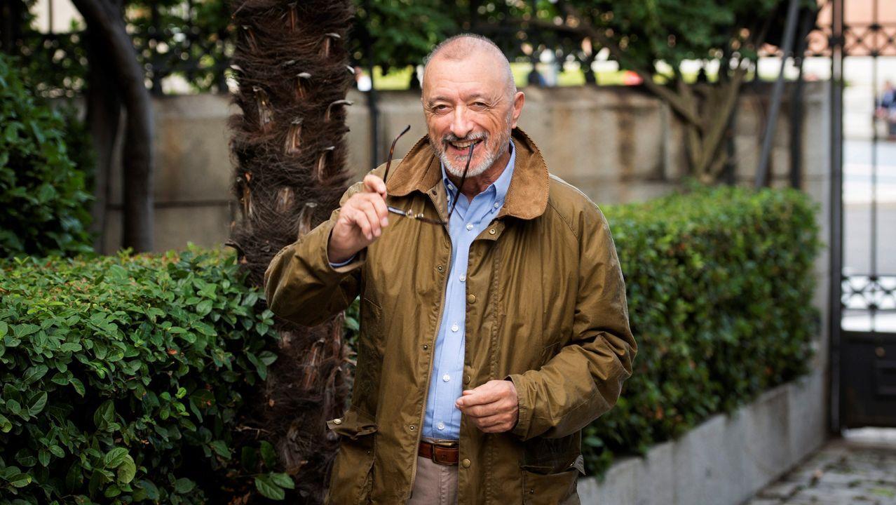 El escritor y académico Arturo Pérez-Reverte afirma que en España que cuando surge una personalidad brillante, política, cultural o histórica, se procura «destruirla y machacarla» porque se desconfía de ella