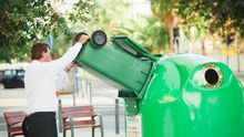 Camarero reciclando vidrio