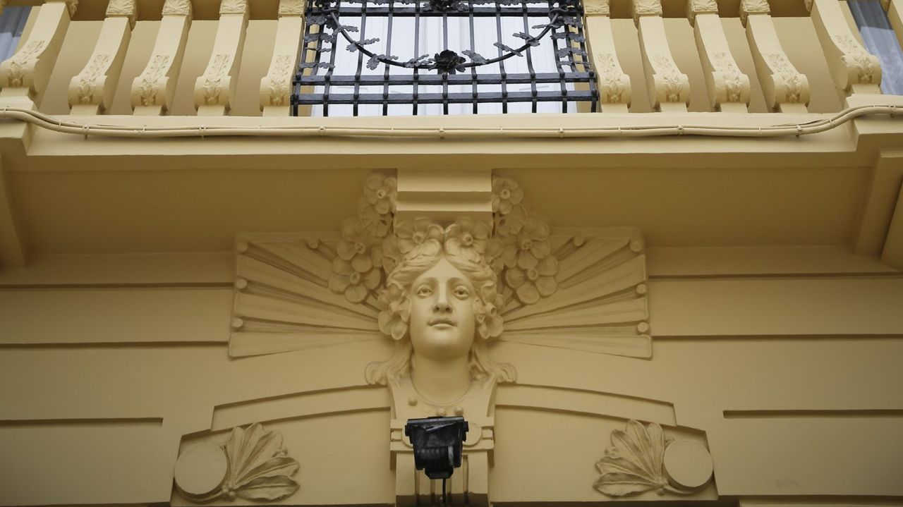 cara.Cariátide inspirada en Elisabeth Siddall de la Casa Rey, en la plaza María Pita. El edificio, de 1911, es de Julio Galán