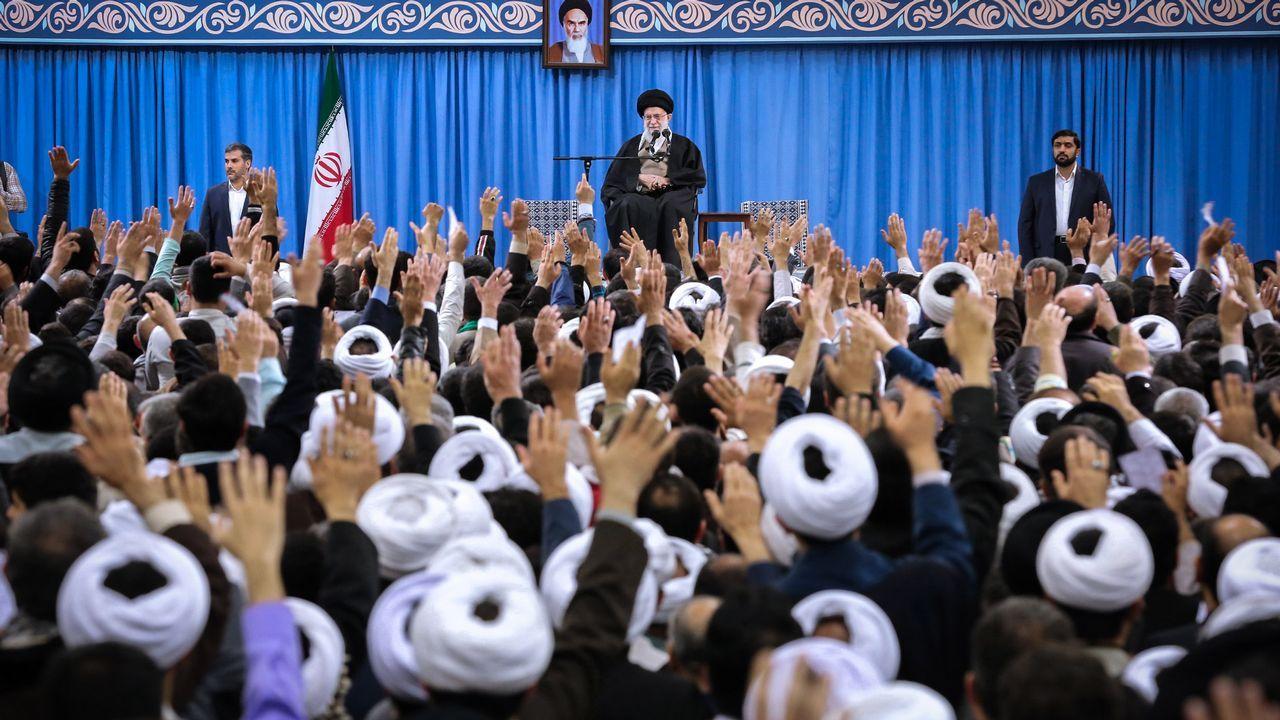 Una foto de entrega proporcionada por la oficina del Líder Supremo de Irán, el Ayatollah Ali Khamenei,  lo muestra dando un discurso durante un mitin en la capital de Teherán