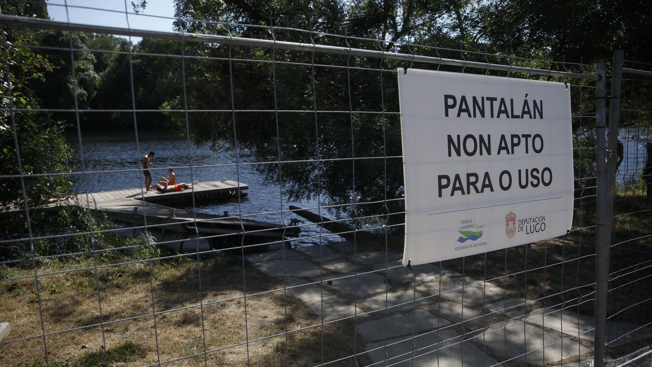 El pantalán de la Diputación está cerrado, aunque algunos bañistas acceden igual