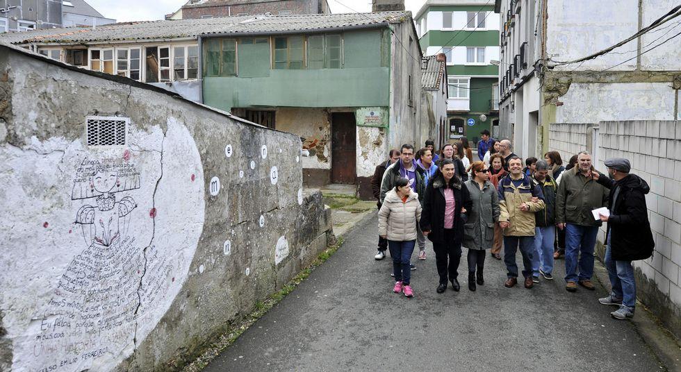 El impulsor de las Meninas de Canido guio la ruta por las principales pinturas del barrio.