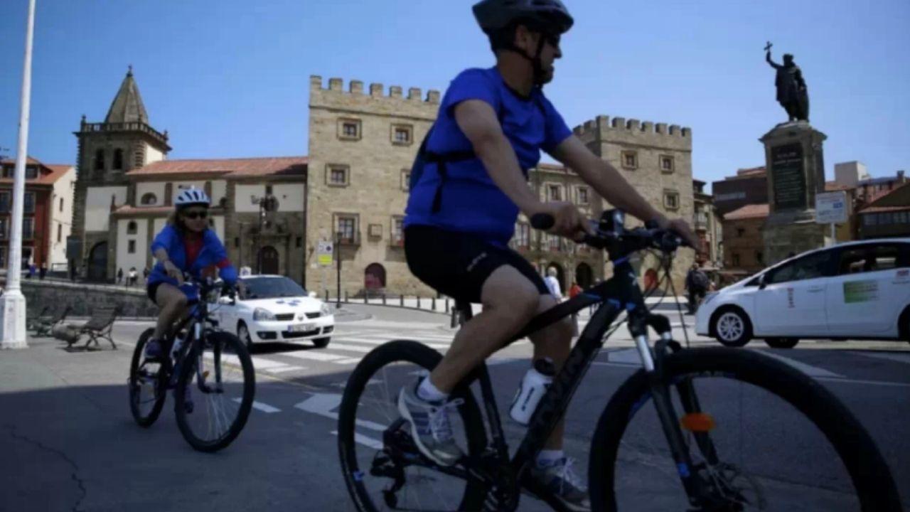 Ciclistas en Gijón.Los candidatos a la presidencia del Principado en el debate de TPA