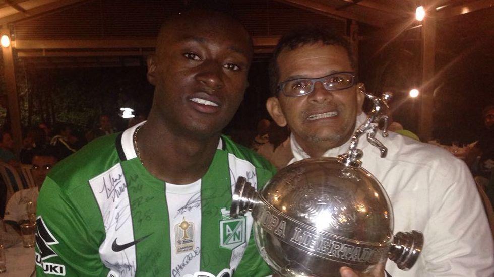 Eladio Tamayo sostiene el trofeo de la Copa Libertadores junto a Marlos Moreno