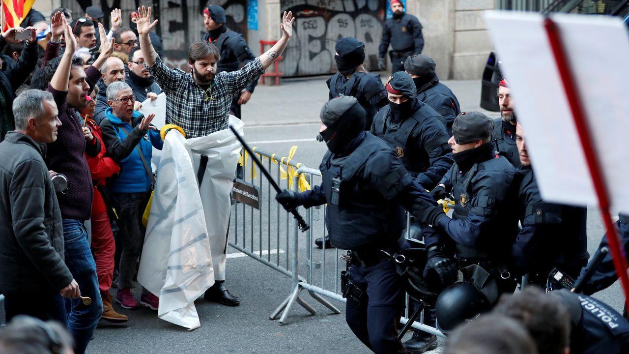 Además, entonaban cánticos a favor de la independencia de Cataluña y de los presos soberanistas, como «Libertad presos políticos» y «Somos República», y llevaban banderas esteladas y lazos amarillos.