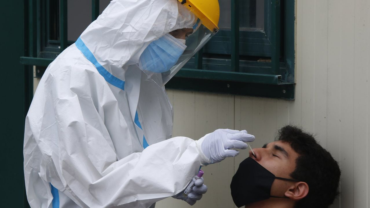 Comparecencia de los conselleiros de Sanidade y Educación tras el comité clínico.Usuarios pasan por una cabina de desinfección para entrar a una estación del metro, en el centro de la ciudad de Osasco, en Sao Paulo (Brasil)