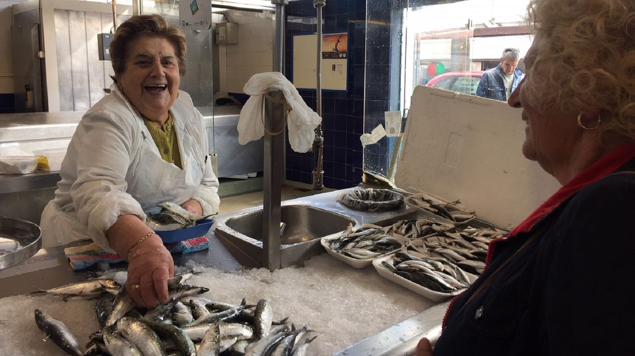 Rodaje delthriller «A Estiba» en el muelle de Ferrol.Chicha Varela despachaba este jueves las sardinas a 6 euros el kilo en el Mercado de A Magdalena