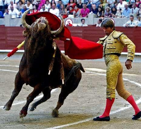 Bordiú y Preysler escogen Pontevedra.«El Cordobés» obtuvo dos silencios en la plaza de San Roque.