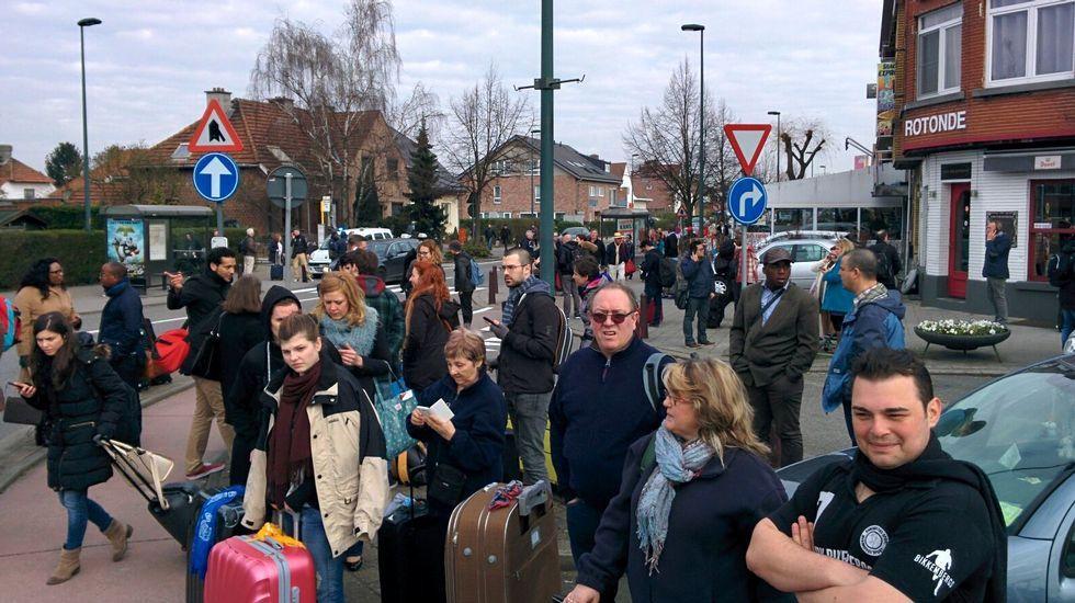 La policía bloquea el acceso a las calles próximas a la estación de metro en la que se ha registrado la explosión