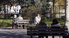 Varias personas este lunes pasado en un parque de Sama de Langreo.