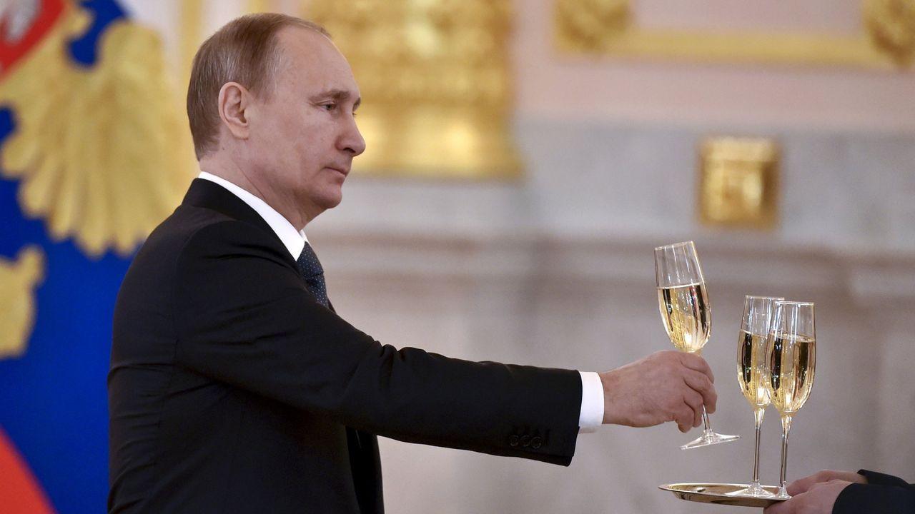 El presidente ruso, Vladimir Putin, con una copa de champán durante una recepción a los embajadores en el Kremlin