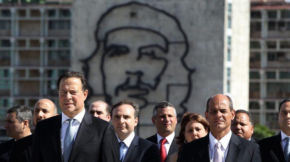 El presidente de Panamá, Juan Carlos Varela, acompañado por el vicecanciller cubano Rogelio Sierra, posa mientras deja un arreglo floral, ante la estatua del prócer cubano José Martí