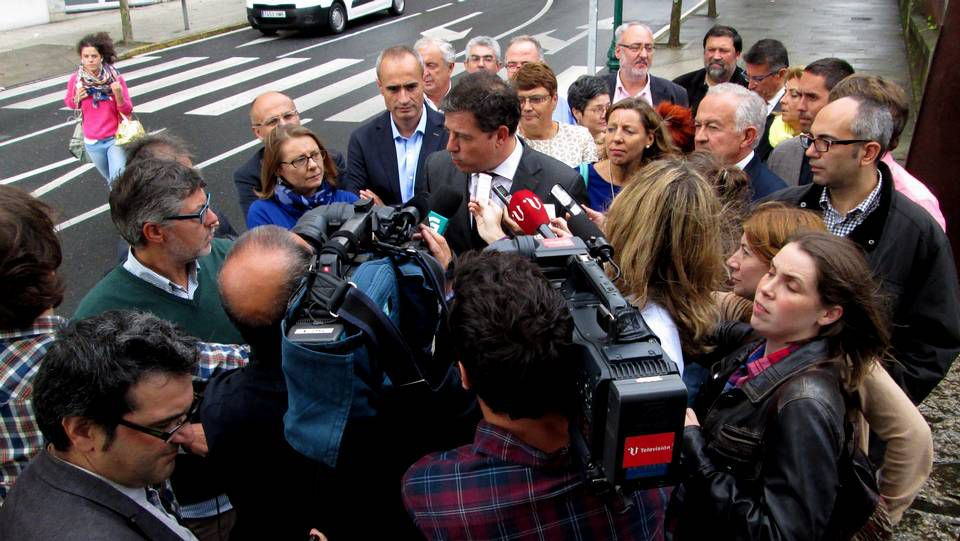 El Parlamento gallego celebra el Día da Galeguidade Empresarial.<span lang= es-es >...Y los de antes</span>. Foto histórica de pescadores del xeito cosiendo los aparejos.