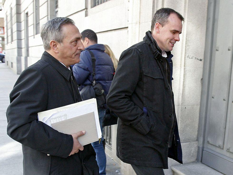 David Pérez -derecha- a la entrada de la Audiencia.