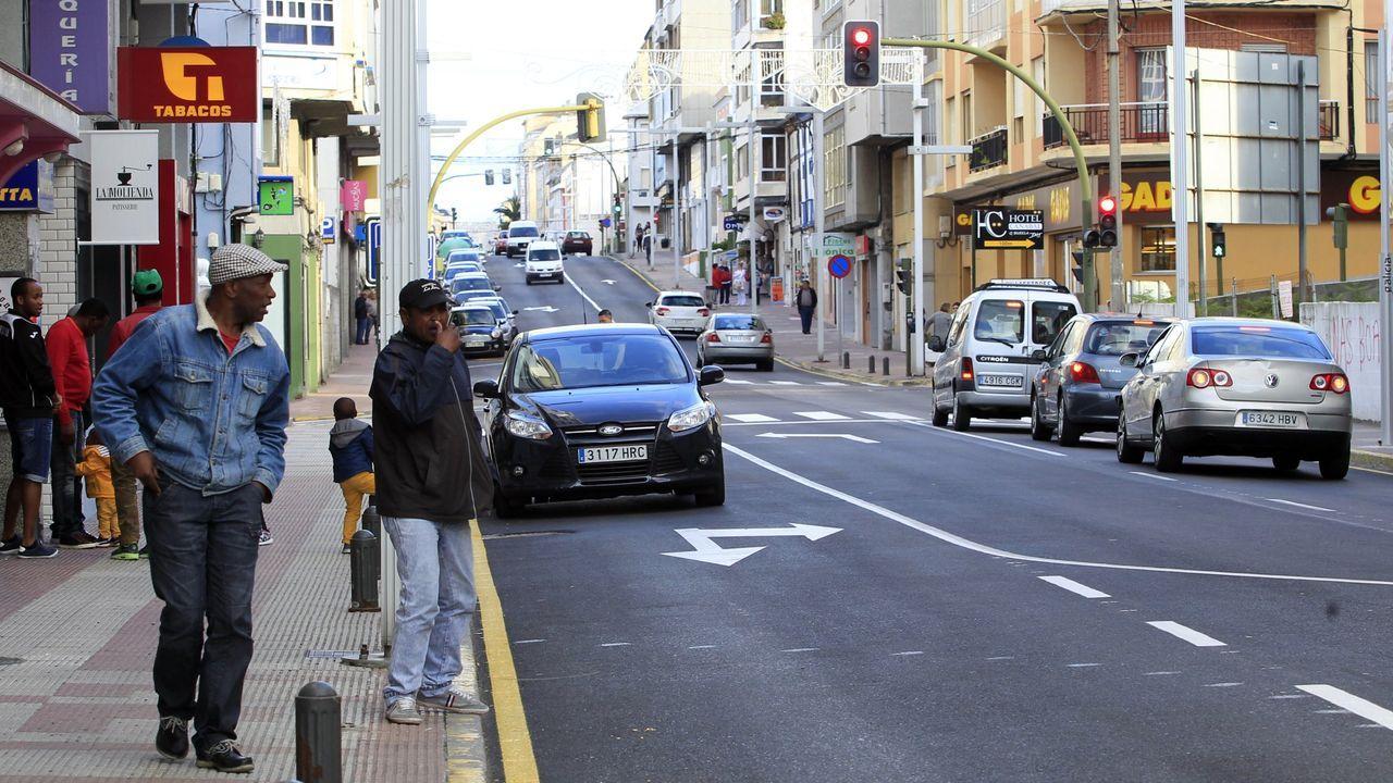Foto de archivo de vecinos de Burela en la avenida Arcadio Pardiñas