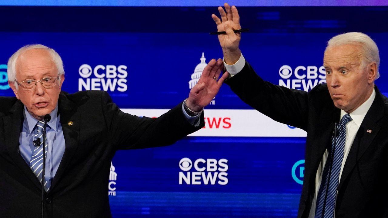 Bernie Sanders y Joe Biden, durante el debate previo a las primarias en Carolina del Sur