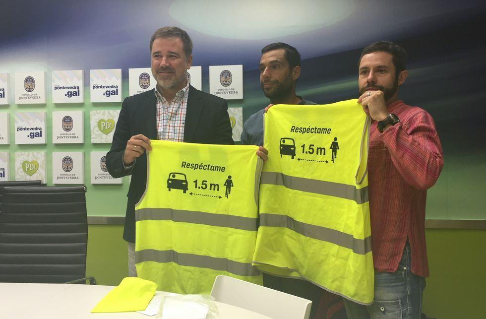 Jacobo Moreira, ayer, con Enrique Pérez y Manuel Torres, del colectivo Masa Crítica.