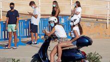 Varios jóvenes esperan en la localidad alicantina de Santa Pola para realizarse pruebas PCR
