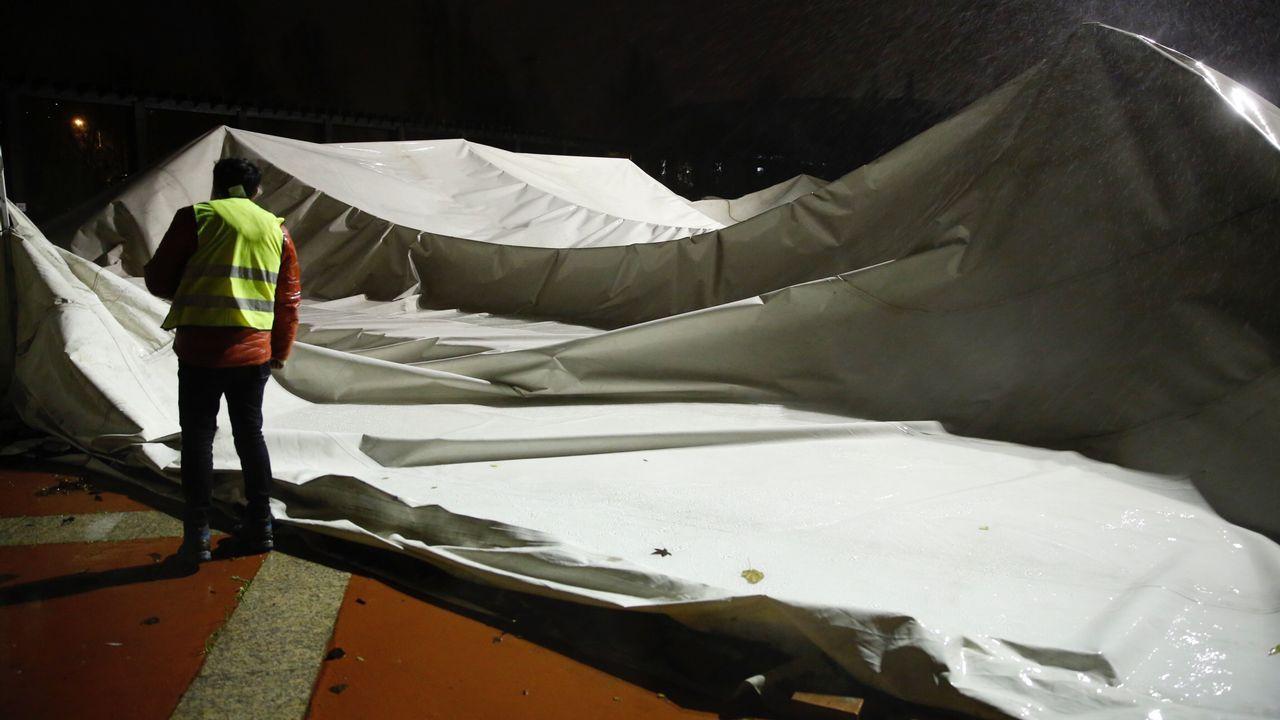 Rompe la cubierta de la piscina de Sar por el temporal.Un avión de Iberia Express