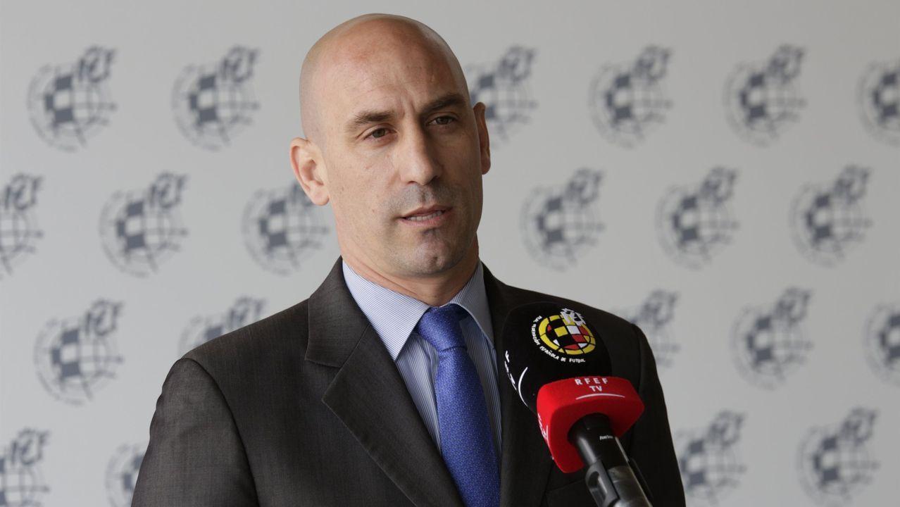 El árbitro consulta la imagen del VAR en el Deportivo-Albacete