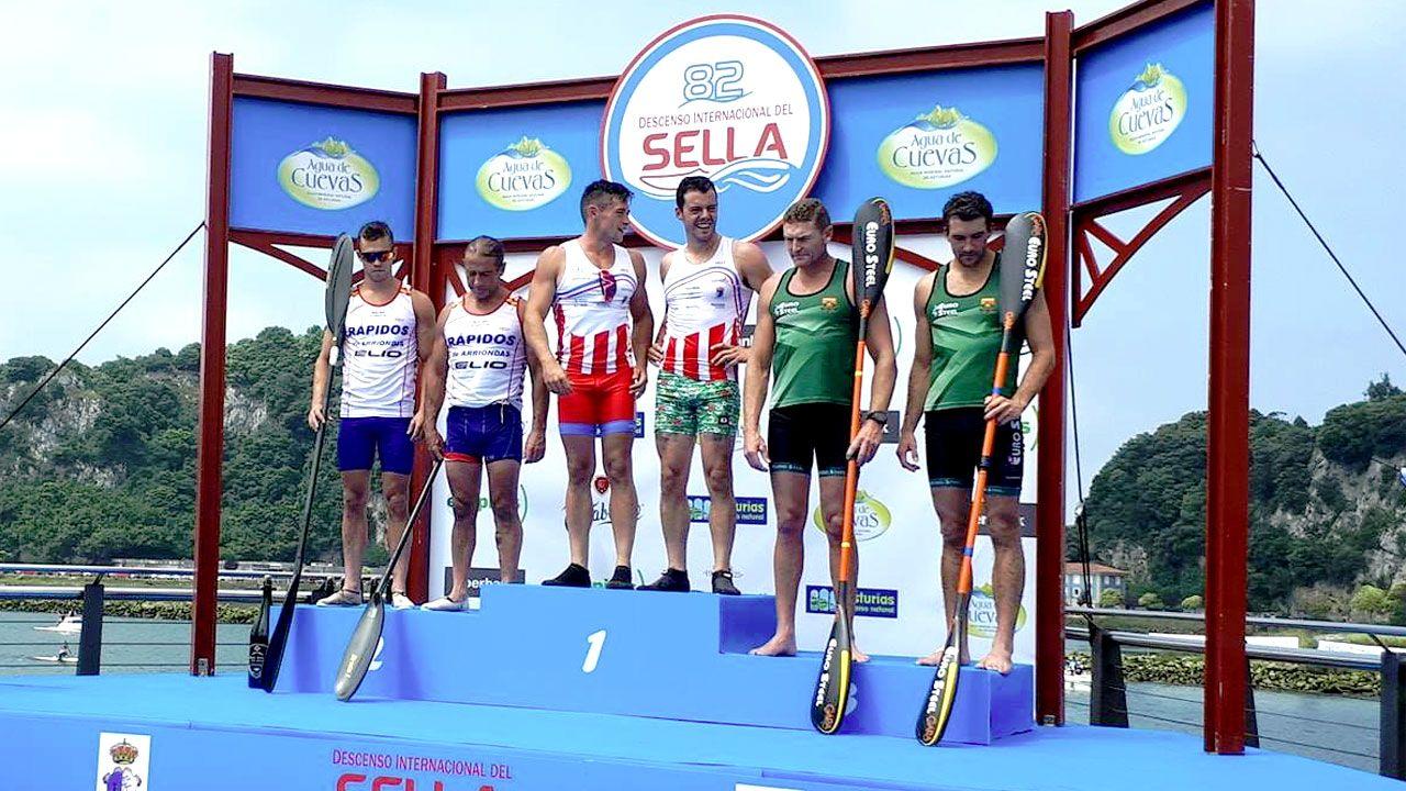 Llamedo y Vázquez, Martínez y González, y Macgregor y Birkett en el podio de K-2 del 82 Descenso del Sella