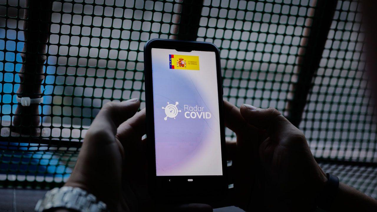 Una persona hace uso desde su teléfono móvil de la aplicación móvil que desarrolla el Gobierno de rastreo Radar COVID