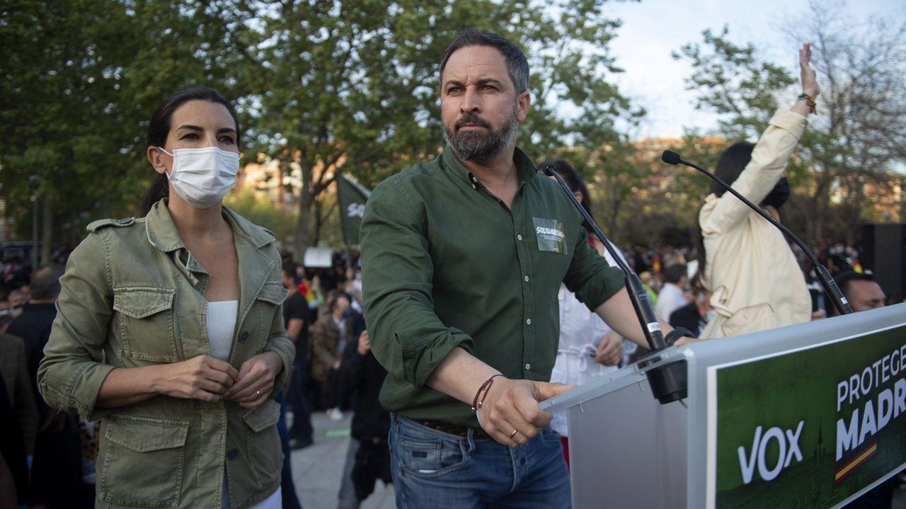 El líder de Vox, Santiago Abascal, y la candidata del partido a la presidencia de Madrid, Rocío Monasterio, el pasado 7 de abril en Vallecas