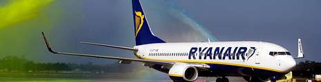 La compañía de bajo coste Ryanair ha visto cómo sus acciones en bolsa se desplomaban estos días casi un 12 % ante la previsión de caída de beneficios.