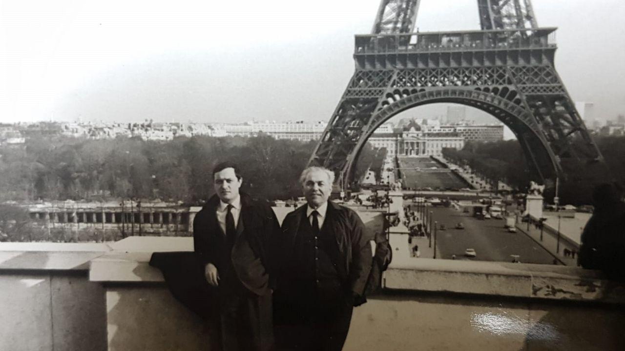 ENCUENTRO EN HENDAYA. Francisco conoció a su padre, Francisco Pena (a la derecha), en la estación de tren francesa con 14 años, en 1949. Era un marinero republicano de Boiro refugiado en Francia. Cuando Alemania invadió al país, lo enviaron a Mauthausen. Sobrevivió. La familia vivió en París en el exilio hasta 1980. Volvieron con la democracia