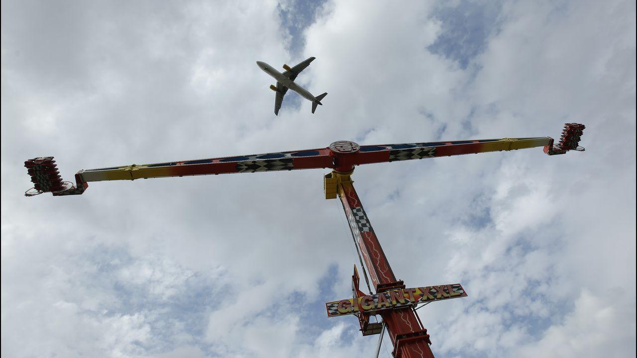 Así de próximos pasan los aviones de la atracción Gigant XXL en O Burgo.A330 de la compañía lusa TAP