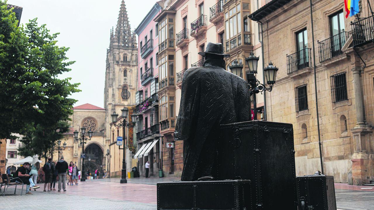 El Regreso de Williams Arrensberg (estatua popularmente conocida como El Viajero), en Oviedo