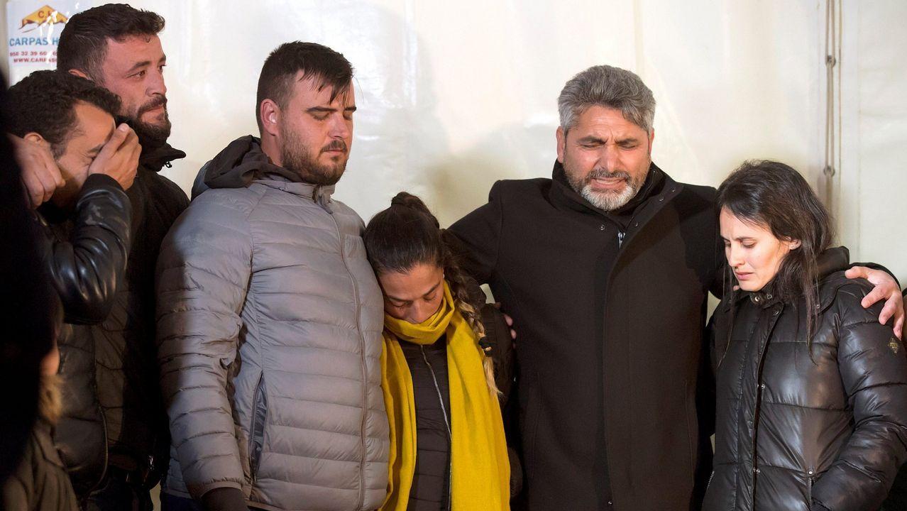   EFE.Los padres de Julen, segundo y tercero por la izquierda, durante el rescate del pequeño Julen