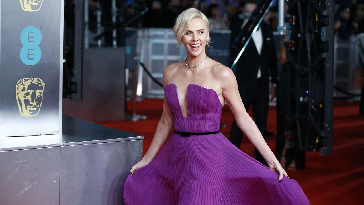 La actriz Charlize Theron bromea a su entrada en la alfombra roja