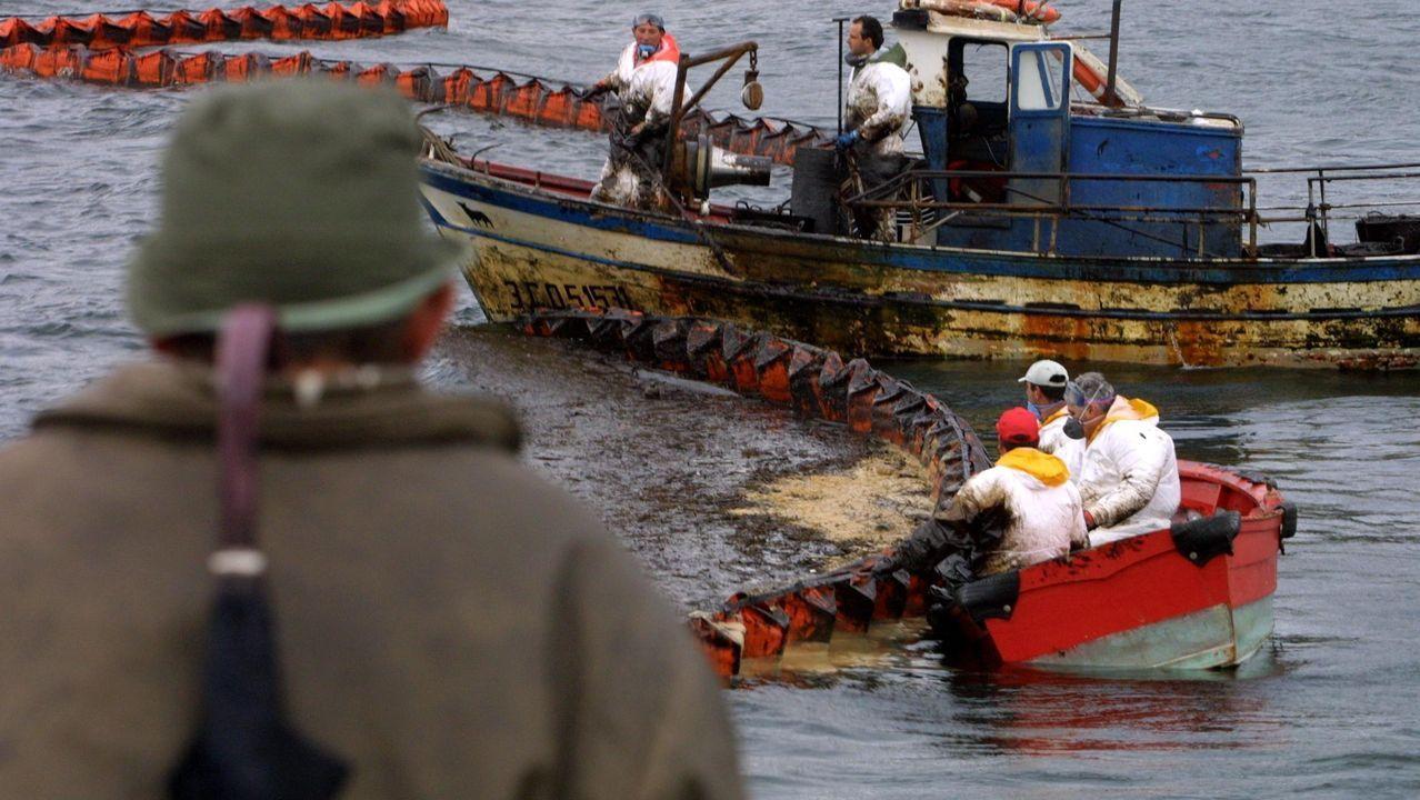 En primer plano, un pincheiro de Gran Sol rumbo a Celeiro, un pesquero como que los días atrás tuvieron problemas para operar en los puertos irlandeses donde descargan habitualmente