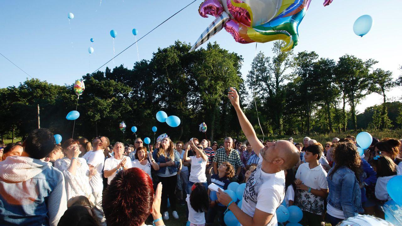 El padre de Desi lanza un globo durante la jornada de homenaje a su hija en Roupar (Xermade)