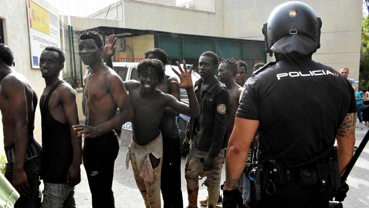 Siete guardias civiles heridos con cal viva durante el asalto a la valla de Ceuta.El ayuntamiento limpia las pintadas racistas de la pista Finlandesa