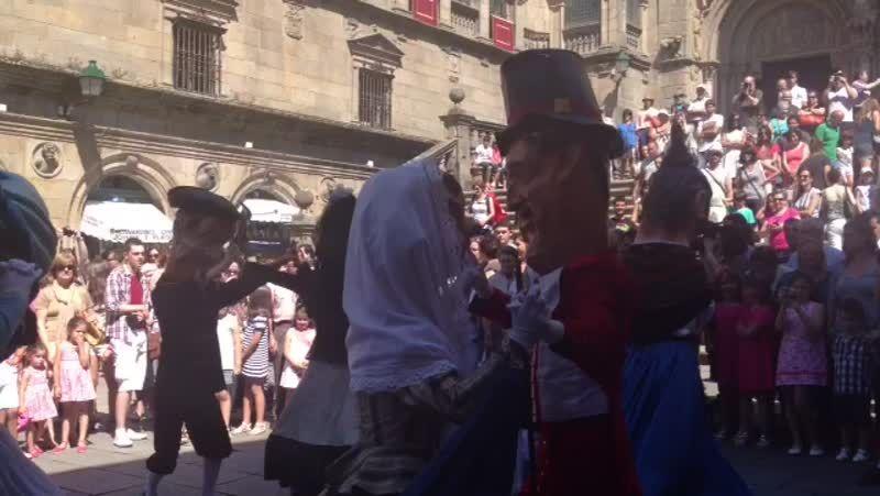 Los cabezudos bailan al son de «La Cucaracha»