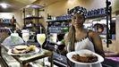 Gueme Yalla con algunas de las especialidades que prepara en el Café Africa
